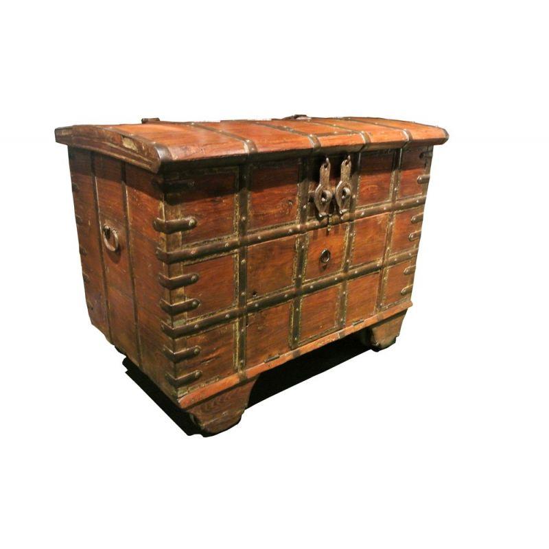 coffre style ancien unique en bois et ferrures m talliques. Black Bedroom Furniture Sets. Home Design Ideas