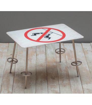 Petite table interdiction de se balancer